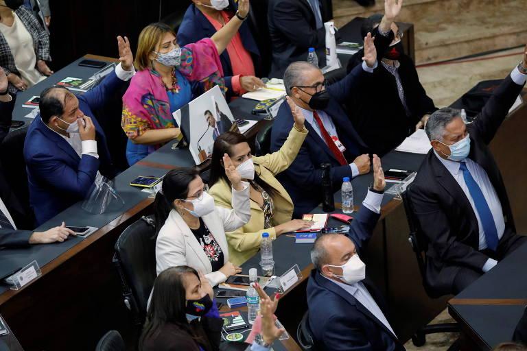 Parlamentares da Assembleia Nacional da Venezuela durante sessão para eleger membros da reitoria do Conselho Eleitoral Nacional, em Caracas