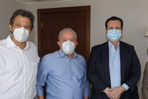 O ex-prefeito Fernando Haddad (PT), o ex-presidente Lula (PT), o presidente do PSD, Gilberto Kassab (PR), e a presidente do PT, Gleisi Hoffmann (PR) Crédito: Ricardo Stuckert/Divulgação