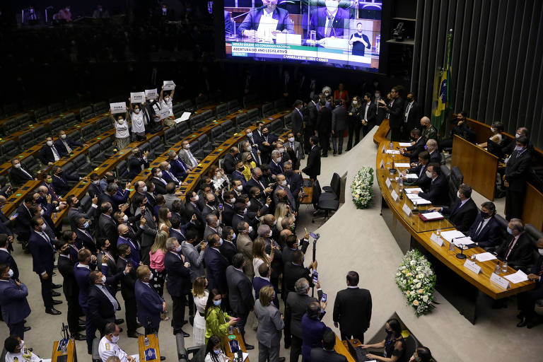 Líderes de 15 partidos tentam mudar regimento da Câmara e oposição fala em mordaça