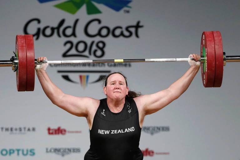 Laurel Hubbard ergue barra de peso em competição