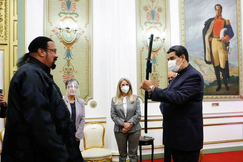 Venezuela's President Nicolas Maduro (R) receives a samurai sword as a gift from actor Steven Seagal, who was visiting Venezuela as a representative of Russia, in Caracas, Venezuela May 4, 2021. Picture taken May 4, 2021.  Miraflores Palace/Zurimar Campos/Handout via REUTERS ATTENTION EDITORS - THIS PICTURE WAS PROVIDED BY A THIRD PARTY. NO RESALES. NO ARCHIVES ORG XMIT: CDG02