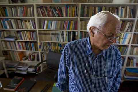 -Sao Paulo-SP-Brasil-29/4/2011- O professor Leoncio Martins Rodrigues, que deu entrevista a Folha sobre a crise no PSDB, em sua casa. {(foto - Marlene Bergamo/Folha Imagem}-00015916A {EXCLUSIVO}