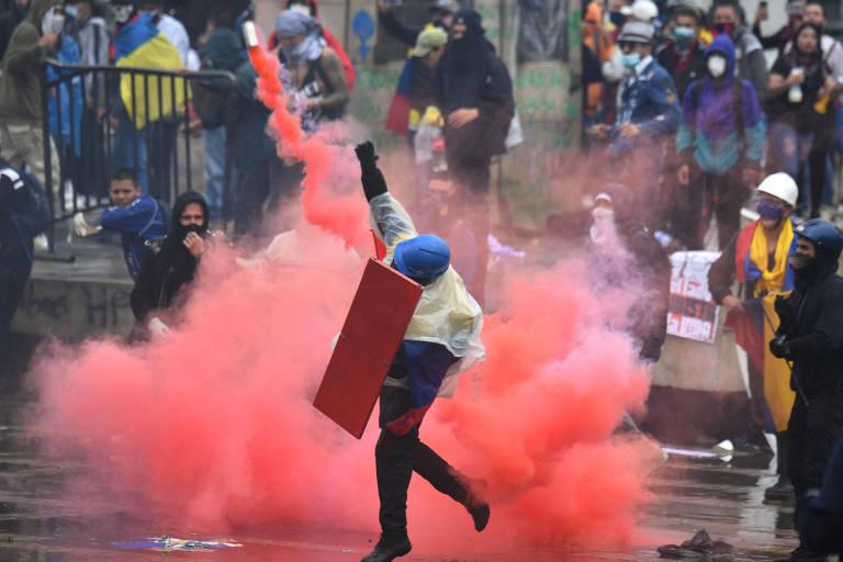 Manifestantes entram em confronto com a polícia durante protesto em Bogotá nesta quarta