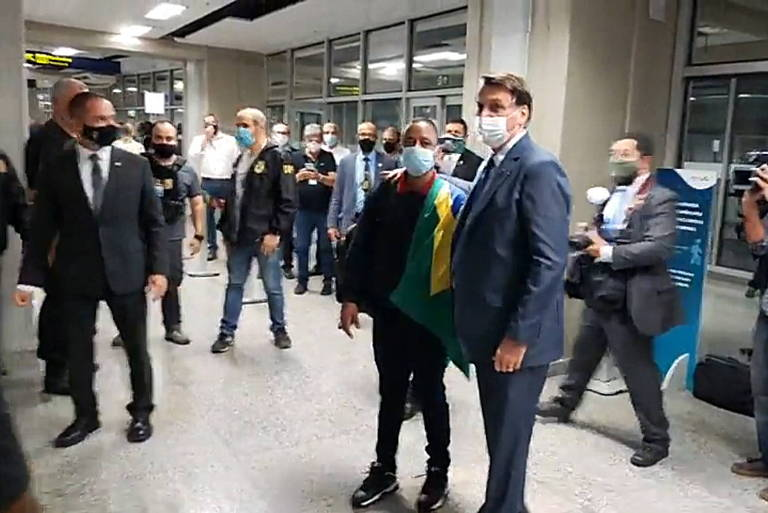 Bolsonaro vai ao aeroporto encontrar ex-motorista de jogador que recebeu indulto na Rússia