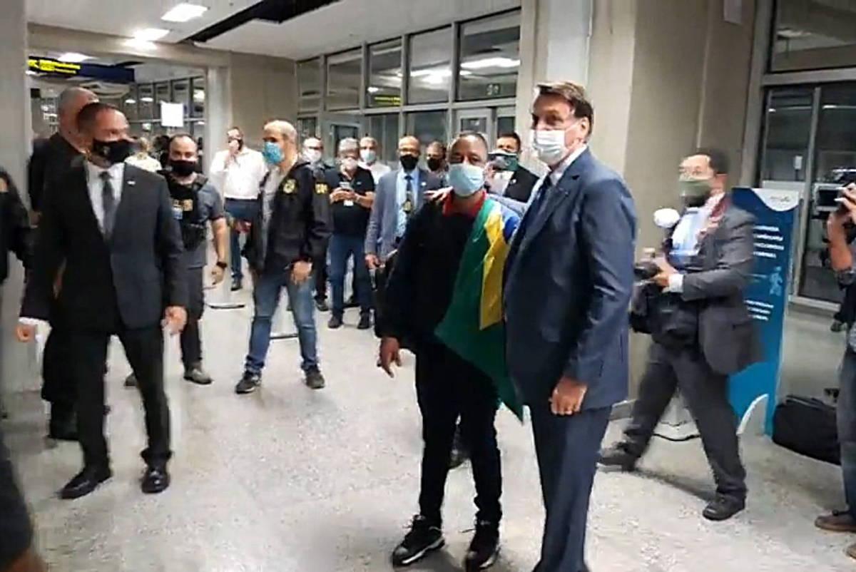 Bolsonaro vai ao aeroporto receber ex-motorista de jogador que recebeu indulto na Rússia