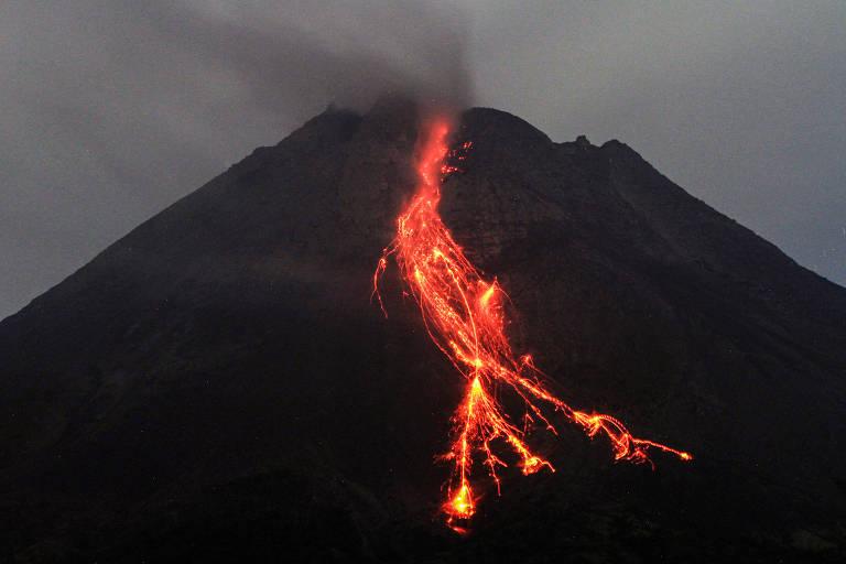 Rio de lava incandescente