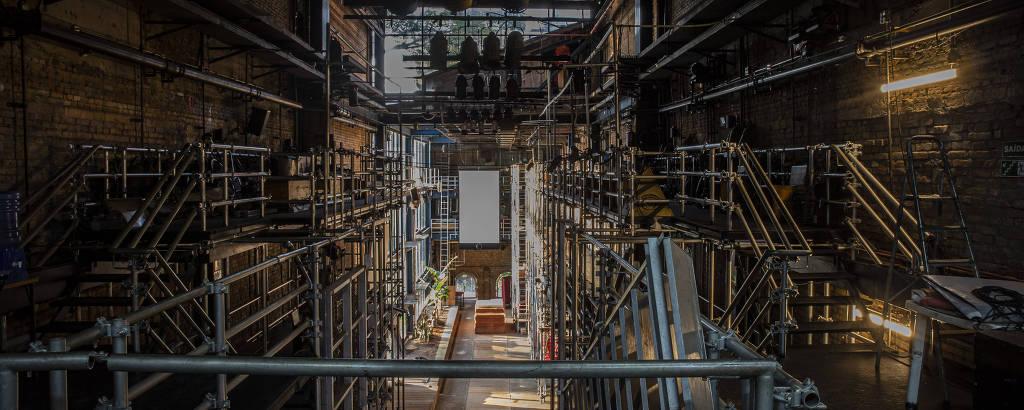 O Teatro Oficina vazio, com a pista que é um palco no centro, e os andaimes dos dois lados
