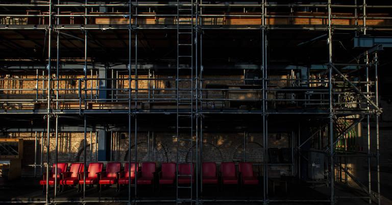 Cadeiras e andaimes do Teatro Oficina vazios