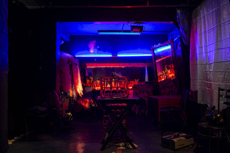 Camarim do grupo Os Satyros, com neons azuis e vermelhos