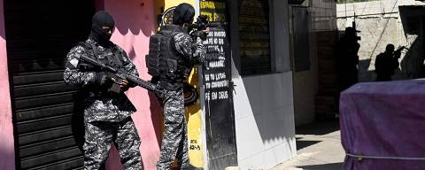Rio's Civil Police officers are seen during a police operation agains drug traffickers at the Jacarezinho favela in Rio de Janeiro state, Brazil, on May 06, 2021. - A civil police officer and 22 suspects were killed during a police operation against drug traffickers in the Jacarezinho favela, Rio de janeiro on April 2021. The incident began with an exchange of fire at a metro station in the area which is in the North Zone of Rio de Janeiro. (Photo by MAURO PIMENTEL / AFP)