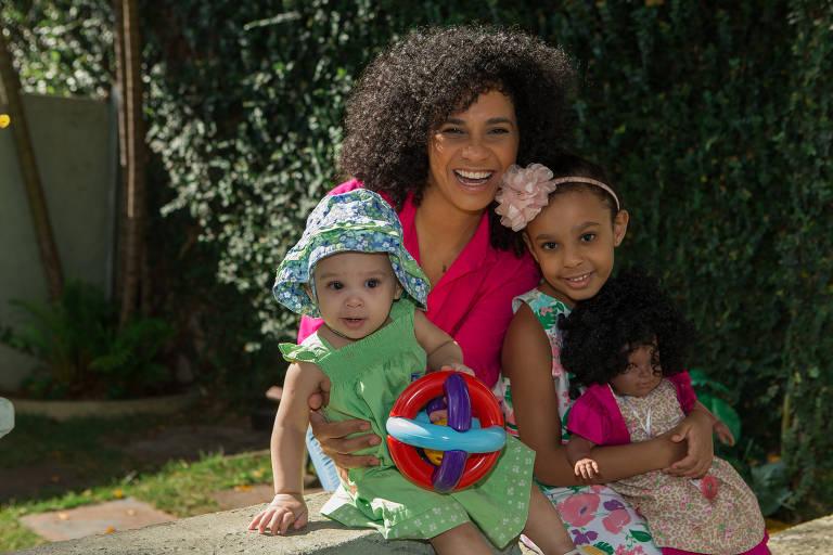 Gaby Viana e as filhas Helena, 7, e Olívia, 10 meses