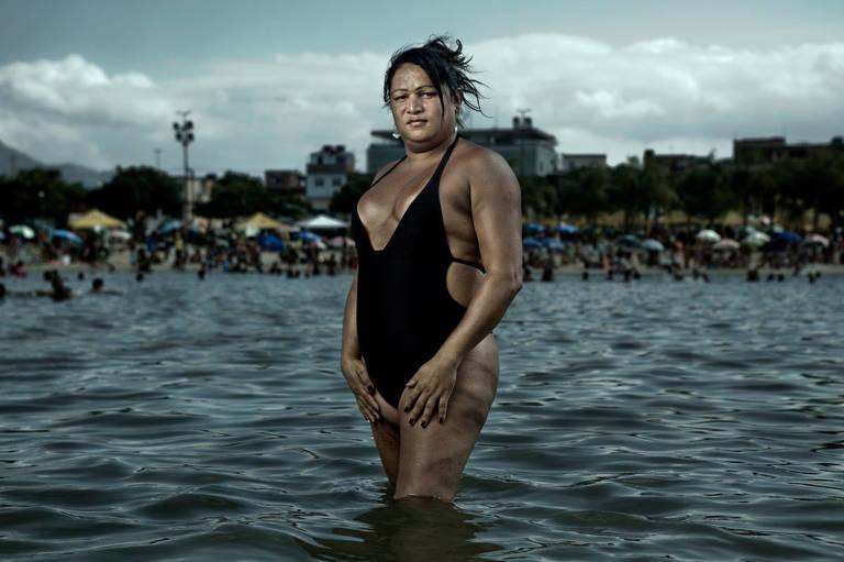 Imagem da série 'Ramos', registradas no piscinão de Ramos, no Rio de Janeiro, do fotógrafo Julio Bittencourt