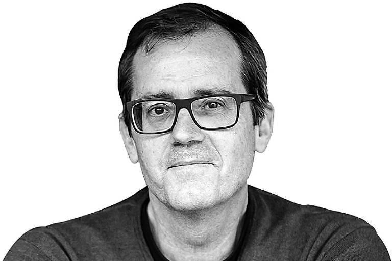 Mauro Calliari em foto preto e branco; ele aparece do ombro para cima; ele é branco e usa óculos