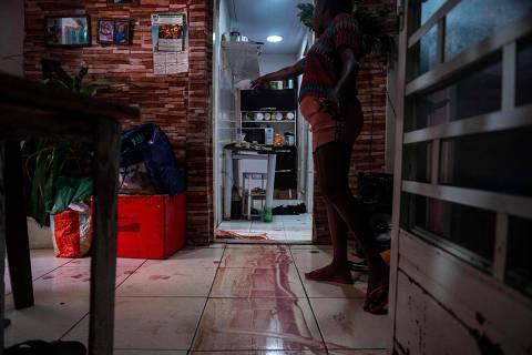 Mortes ocorreram em 12 pontos do Jacarezinho; homem foi achado em cadeira de plástico e sem arma