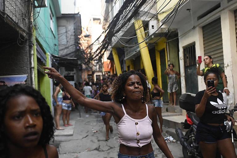 Moradores protestam após ação policial que deixou mortos no Jacarezinho