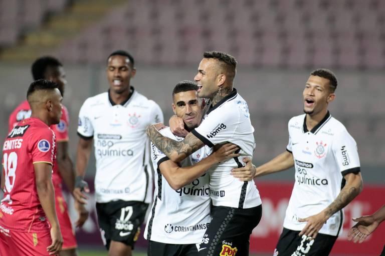 Luan abraça Gabriel na comemoração de seu primeiro gol sobre o Sport Huancayo, em Lima (PER), pela fase de grupos da Copa Sul-Americana