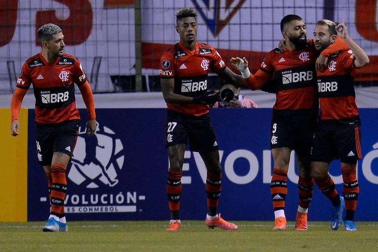 Arrascaeta, Bruno Henrique, Gabigol e Everton Ribeiro, a partir da esq., comemoram um gol sobre a LDU, em Quito (EQU)