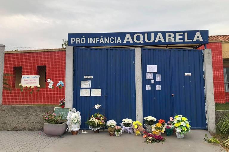 Flores, velas e cartazes homenageiam cinco vítimas do ataque a facas na creche Aquarela, em Saudades (SC)
