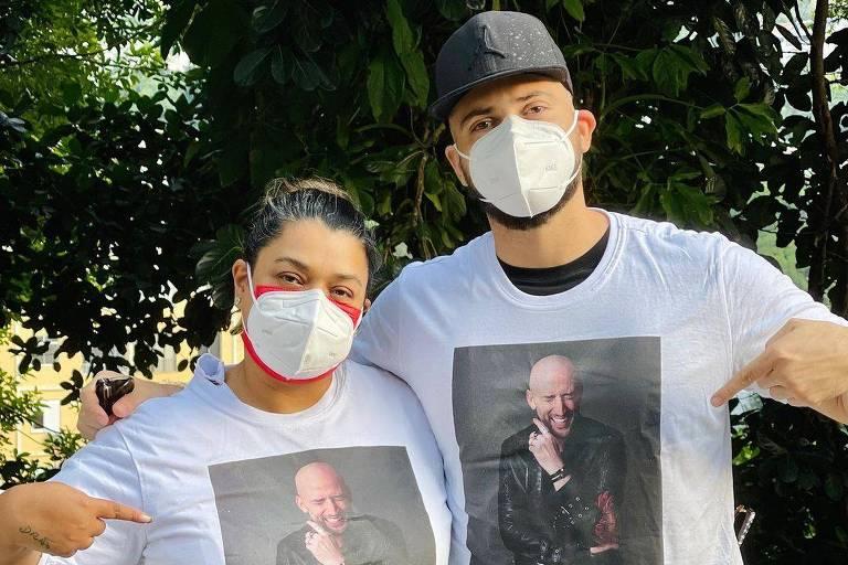 Preta Gil e marido com camisetas de Paulo Gustavo