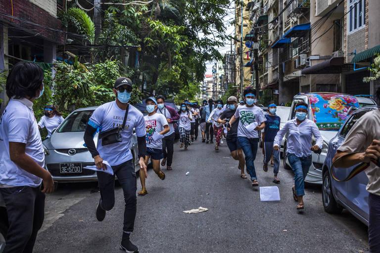 Manifestantes fogem após chegada de militares para dispersão de protestos nas ruas de Rangoon, em Mianmar