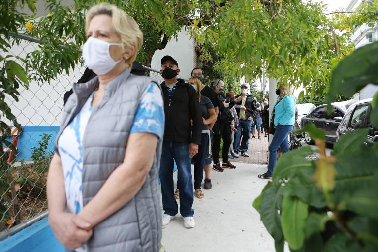 Pessoas voltam a posto para tomar vacina após fila na zona oeste de SP