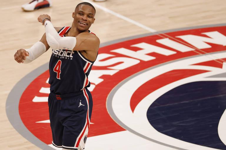 Westbrook desafia detratores, teima em estilo e busca recorde na NBA