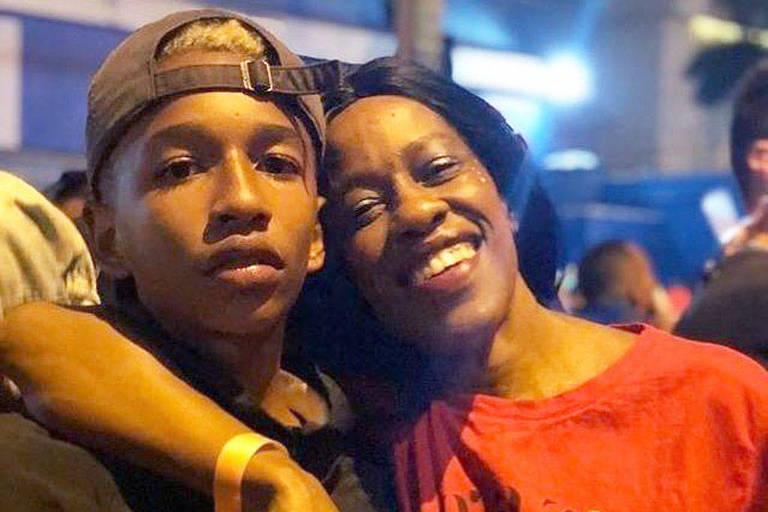 Beatrice Oliveira, 42, e o filho, Zion, 17