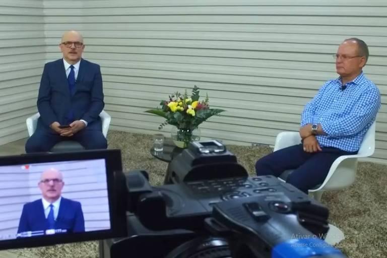 Ministro e reitor aparecem sentados em estudio, no primeiro plano imagem de visor da câmera mostra o ministro no detalhe