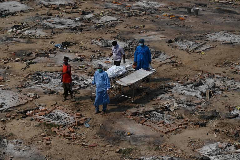 Parentes carregam corpo de vítima da Covid em crematório em Nova Déli, na Índia