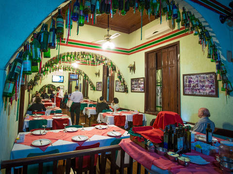 SAO PAULO, SP, BRASIL, 03-05-2017 - ESPECIAL DESCONTO NO DINHEIRO - Regina Alves de Godoy, da Cantina Piolin oferece desconto de 10% para o cliente que pagar o jantar ou almco em dinheiro. (Foto: Ronny Santos/Folhapress, DEFESA)  ***EXCLUSIVO AGORA *** EMBARGADA PARA VEICULOS ONLINE *** UOL E FOLHA.COM CONSULTAR FOTOGRAFIA DO AGORA *** FOLHAPRESS CONSULTAR FOTOGRAFIA AGORA *** FONES 3224 2169 * 3224 3342 ***