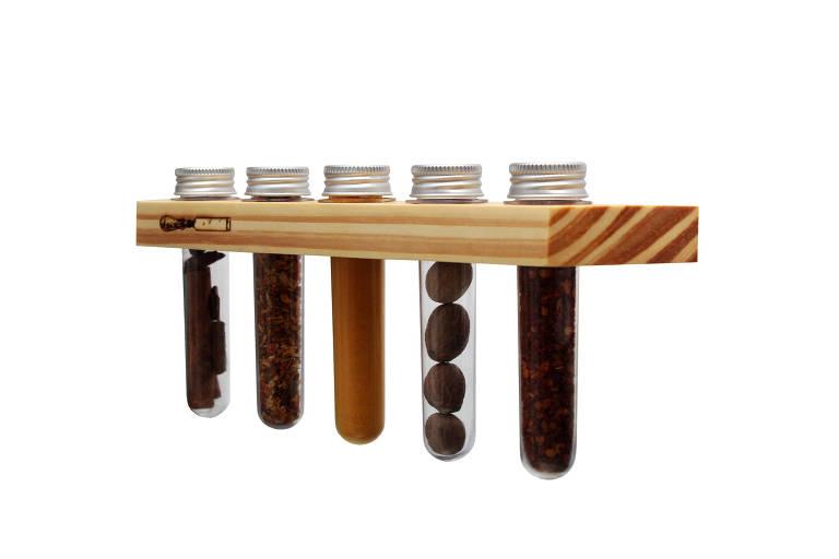Porta-temperos de madeira com espaço para cinco tubos