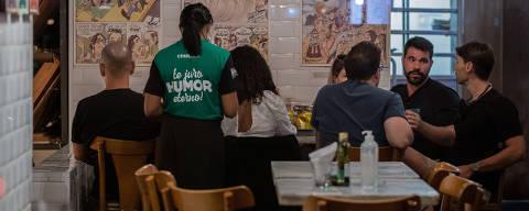 SÃO PAULO, SP, BRASIL, 24-04-2021: Movimento em bar que fica na rua Aspicuelta, na Vila Madalena. Paulistanos aproveitam a reabertura de bares e restaurantes, em São Paulo. (Foto: Eduardo Anizelli/ Folhapress, MERCADO) ***EXCLUSIVO***