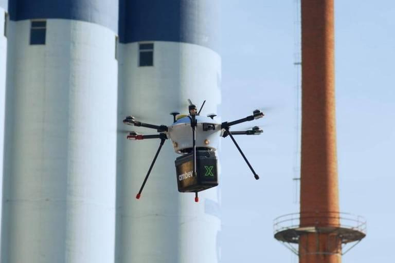 Drone voa com caixa térmica acoplada