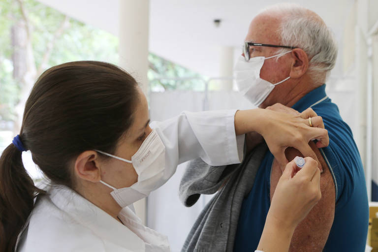 Com a corda no pescoço, Prefeitura de SP receberá Coronavac para vacinar 181 mil pessoas de 49 anos na quarta (23)