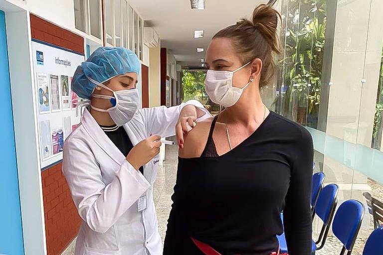 Luiza Brunet recebe primeira dose da vacina contra Covid