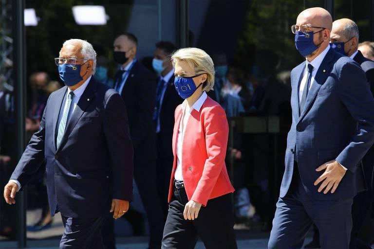 A presidente da Comissão Europeia, Ursula von der Leyen, o presidente do Conselho Europeu, Charles Michel (à dir.), e o primeiro-ministro português, Antonio Costa, durante encontro no Porto, Portugal