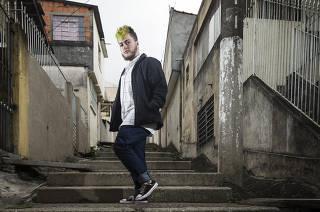 Pandemia trava avanco de jovens no mercado de trabalho. Retrato do jovem Nicolas Pires de Oliveira,19 (na viela onde vive em Osasco) que conseguiu por meio de apoio do governo seu primeiro emprego no dep de RH da empresa Areezo & Co