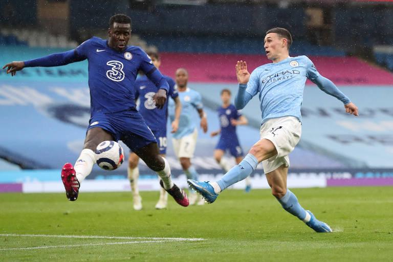 Zouma (à esq.), do Chelsea, tenta interceptar bola em lance com Phil Foden, do City, pelo Inglês