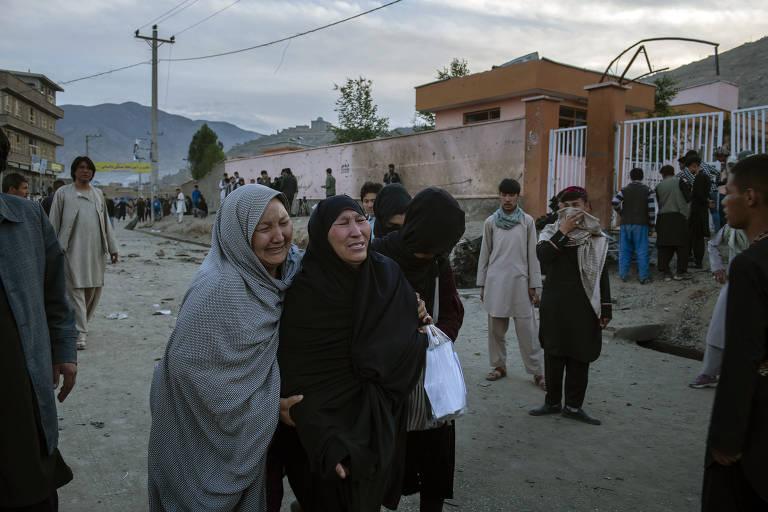 Familiares choram após explosão perto do colégio Sayed Ul-Shuhada em Cabul, no Afeganistão; a maioria das vítimas são alunas