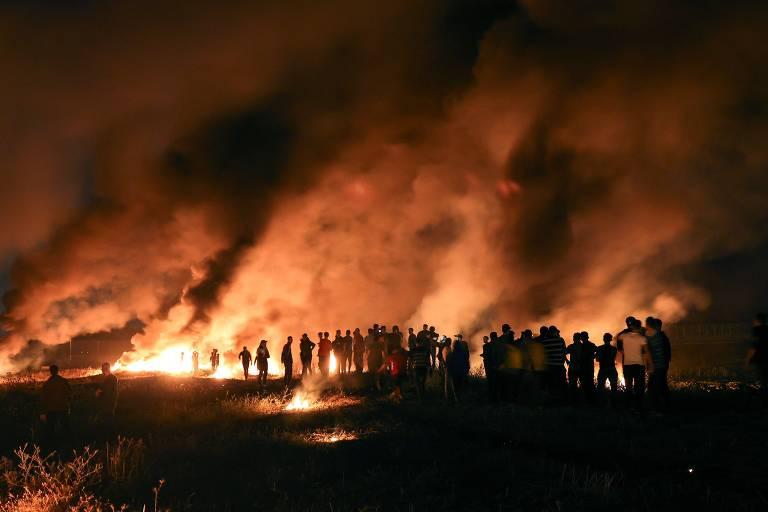 Manifestantes palestinos queimam pneus na Faixa de Gaza