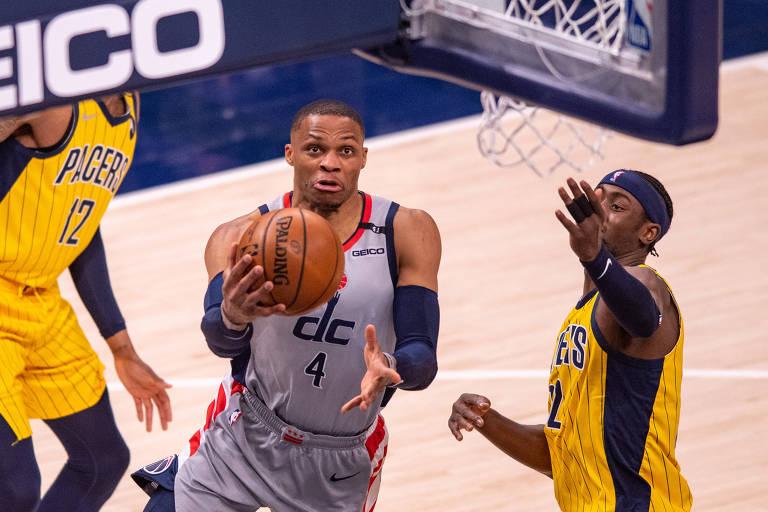 Russell Westbrook (centro) tenta cesta em partida contra Indiana Pacers na NBA