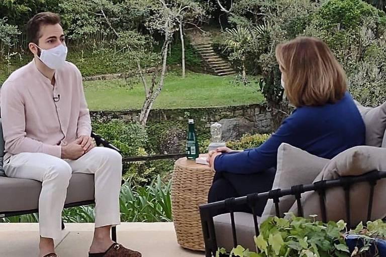 Renata Capucci mostra fotos da entrevista com Thales Bretas, viúvo de Paulo Gustavo