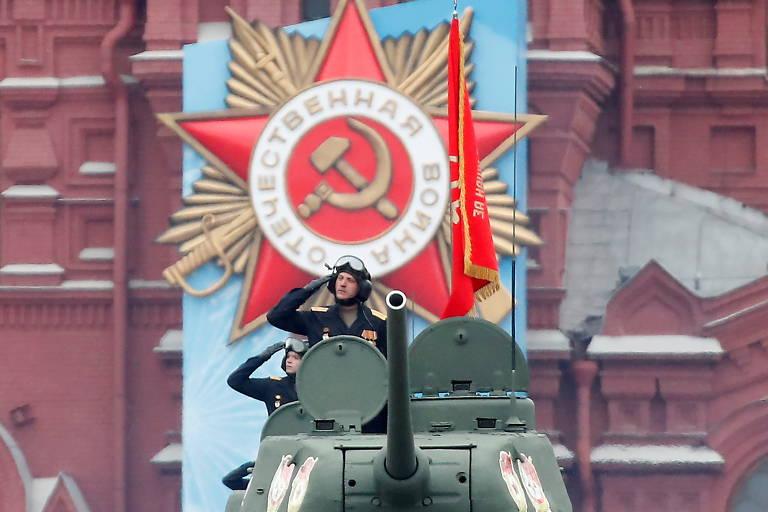 Militares russos dirigem tanques T-34 da era soviética durante desfile no Dia da Vitória
