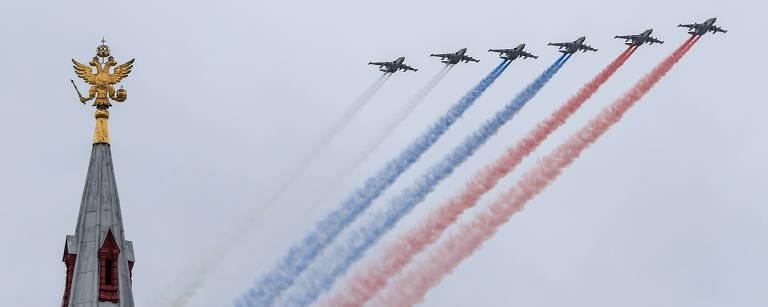 Jatos Su-25 liberam fumaça nas cores da bandeira russa em Moscou