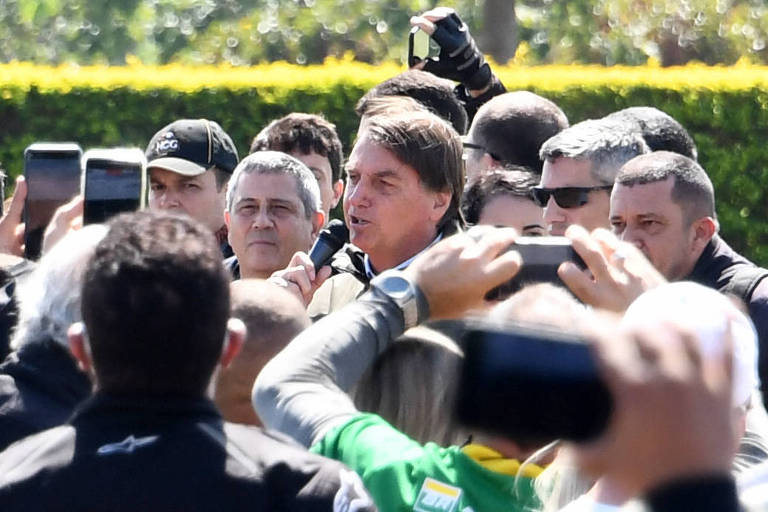 O presidente Jair Bolsonaro e o ministro Braga Netto (Defesa), à esq., em ato com motoqueiros em frente ao Alvorada