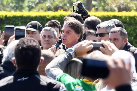 No Dia das Mães, Bolsonaro ignora regras sanitárias e gera aglomeração com motoqueiros em Brasília