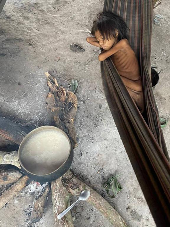 Com quadro de verminose e malária, criança yanomami dorme em rede na aldeia Maimasi, perto da Missão Catrimani, na Terra Indígena Yanomami, em Roraima.