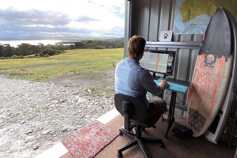 Chris Scott trabalha remotamente de uma ilha na Tasmânia