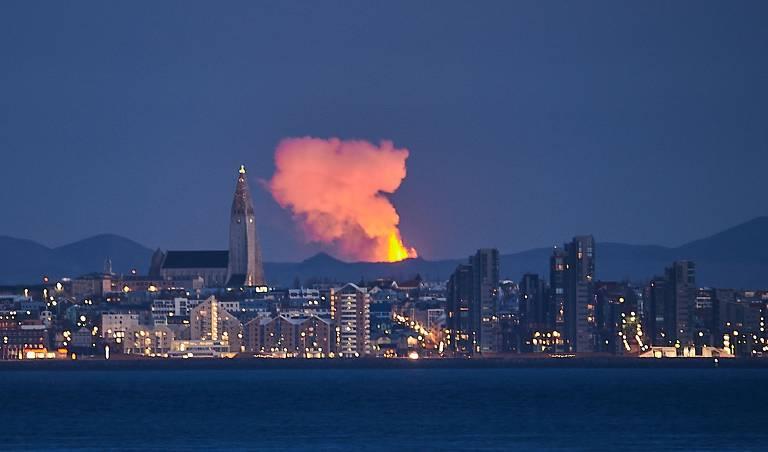 Coluna de lava é vista atrás da paisagem da cidade
