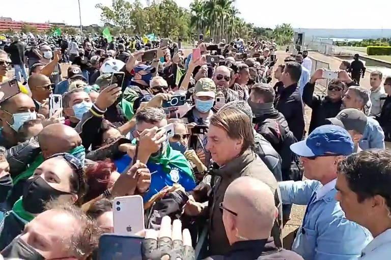O presidente Jair Bolsonaro em aglomeração com motociclistas em frente ao Alvorada